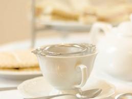 Tasse de thé anglais sur buffet