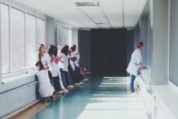 Personnel d'hôpital dans un couloir