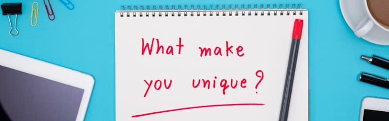 Slogan de création identité visuelle lyon sur plan de travail