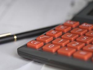 Calculatrice et crayon sur bureau