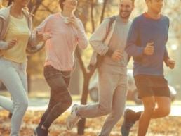 Groupe de sportifs en jogging dans un parc