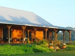 Photo d'une maison en bois ensoleillée à la campagne